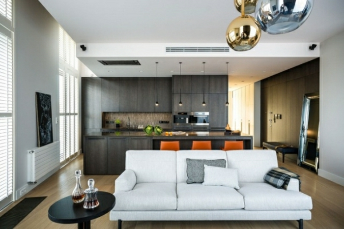 wohnzimmer-mit-küche-weißes-sofa-und-schöne-hängende-lampen