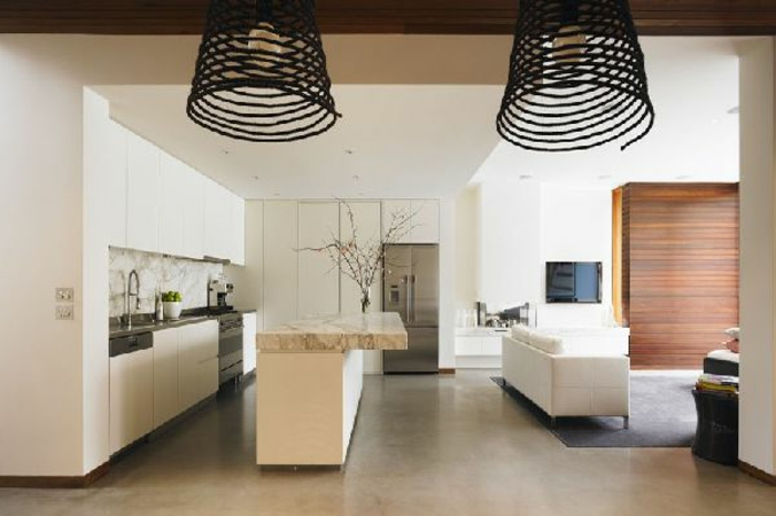 wohnzimmer-mit-küche-zwei-schwarze-lampen