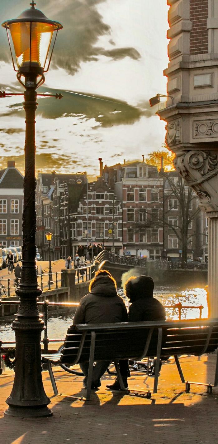 Amsterdam-Niederlanden-Fluss-Brücke-Bank-Männer-Sonnenuntergang