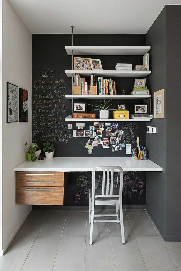 Arbeitsecke-minimalistisch-Stuhl-Designer-Schreibtisch-ohne-Beine-Schubladen-schwarze-Wand-Tafel-Aufschriften-Bücherregale-Fotos