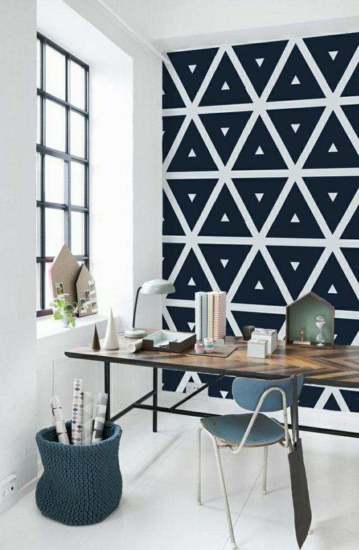 Arbeitszimmer-Schreibtisch-schwarz-weiße-Gestaltung-Wanddekoration-Ideen-graphisches-Muster-Dreiecke