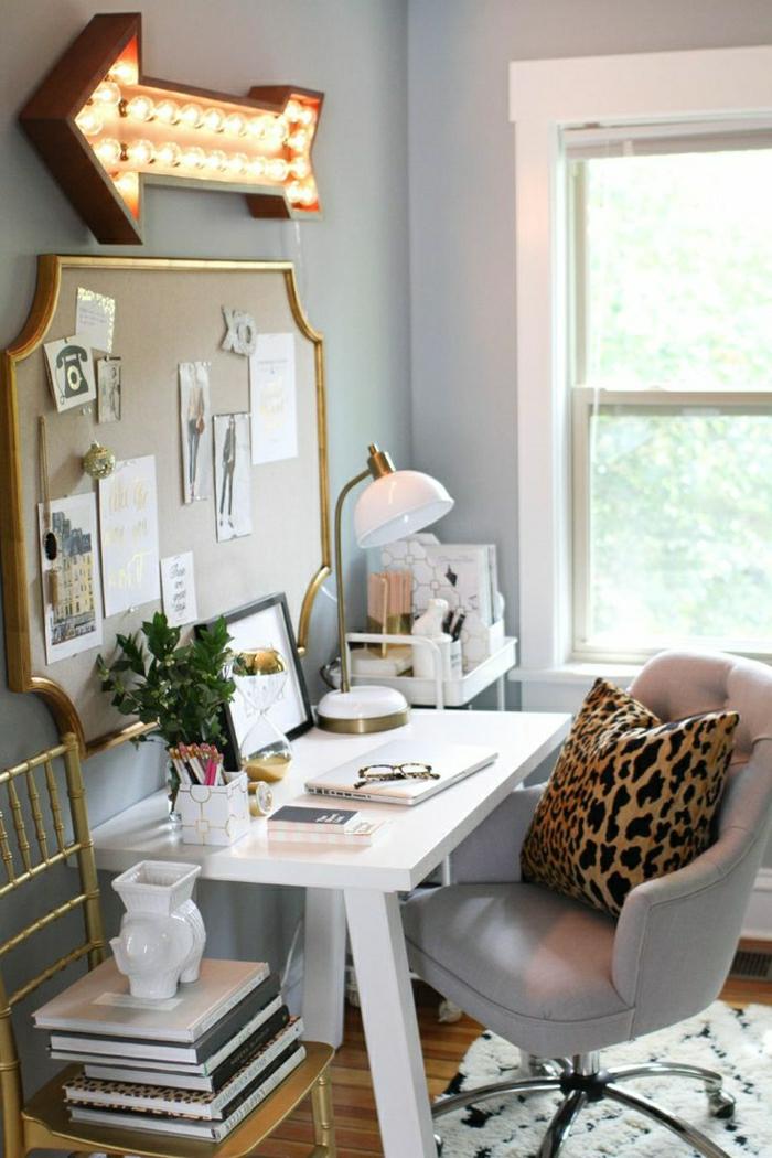 Arbeitszimmer-Sessel-Kissen-Tierdruck-weißer-Schreibtisch-Leselampe-Hefte-Pflanzr-Fotos-Tafel-leuchtender-Hinweispfeil