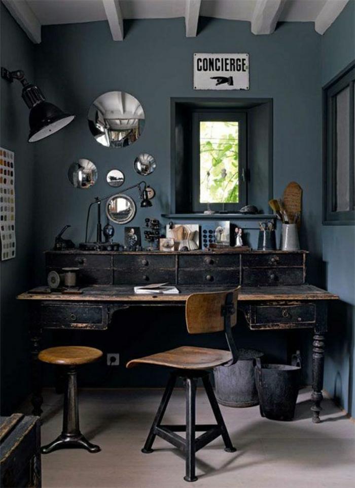 Arbeitszimmer-industriell-dunkel-Schreibtisch-Schubladen-Wand-Deko-Idee-Autospiegel