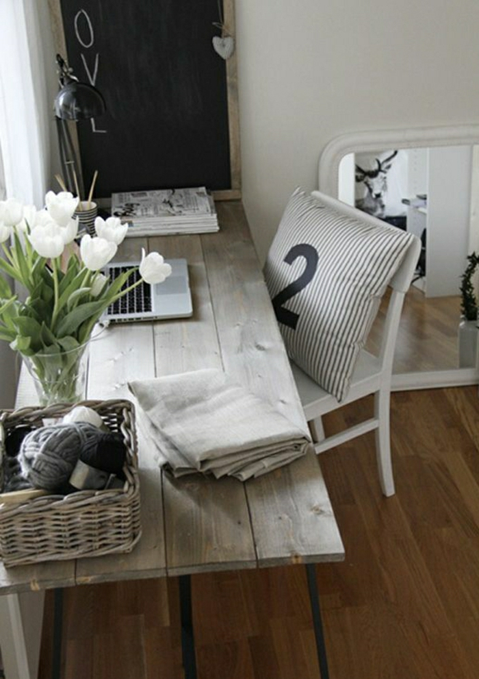 Arbeitszimmer-rustialer-Tisch-Holz-Rattankorb-weiße-Tulpen