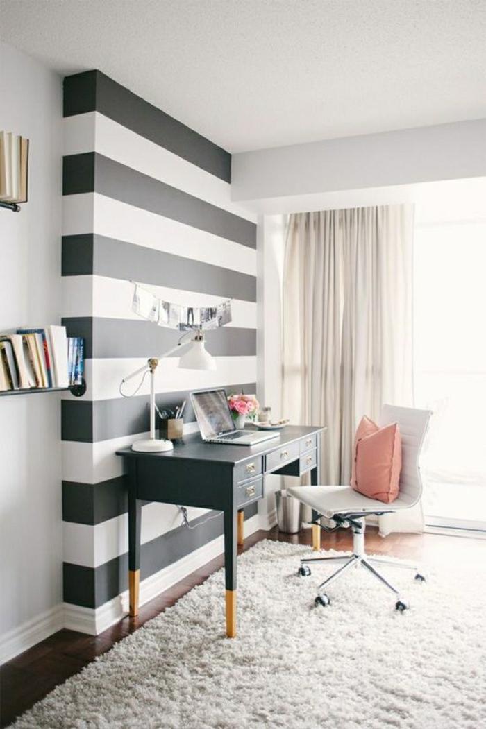 Arbeitszimmer-schwarz-weiße-Wand-flaumiger-Teppich-Gardinen-Leder-Stuhl-rosa-Kissen-Laptop-Bücherregale-Designer-Schreibtisch-Schubladen-vintage