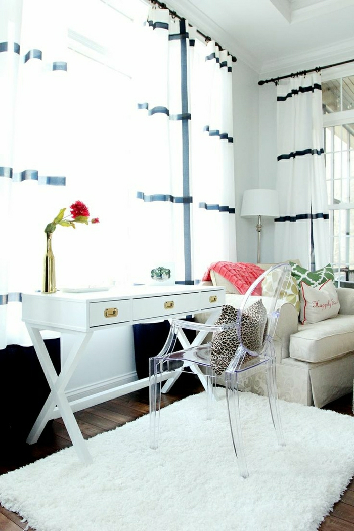 Arbeitszimmer-weiße-Gestaltung-Schreibtisch-Kissen-weiße-moderne-Gardinen-blaue-Streifen