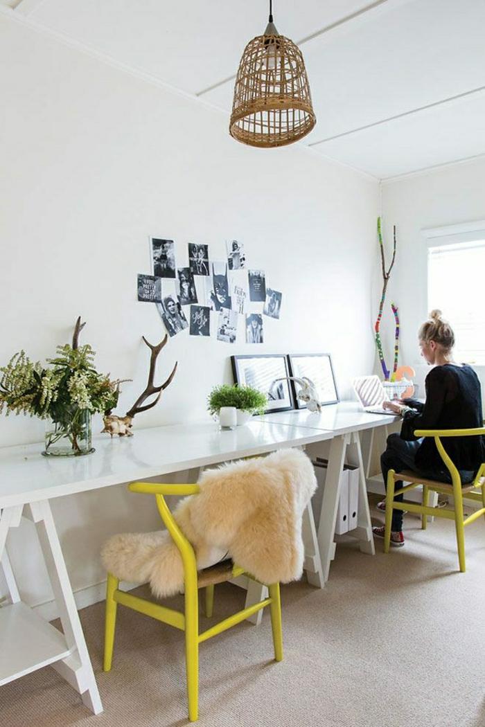 Büro-kreative-Atmosphäre-gelbe-Stühle-Schreibtische-breit-weiß-Pflanzen-Geweih-Fotos-Rattanlampe