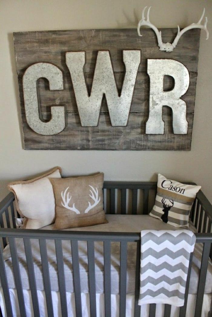 Baby-Zimmer-Gestaltung-rustikaler-Stil-Wanddeko-Geweih-hölzerne-Tafel-Buchstaben