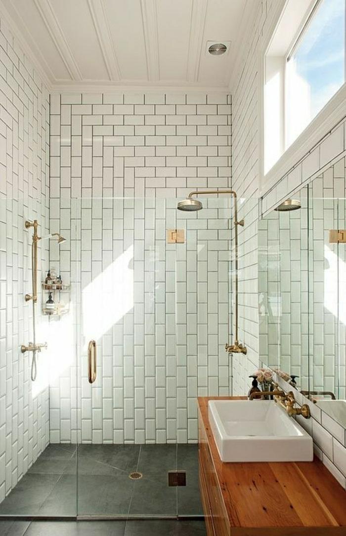 Badezimmer-Ziegelwände-weiß-Waschbecken-hölzerne-Tischplatte-Duschabtrennung-Glas