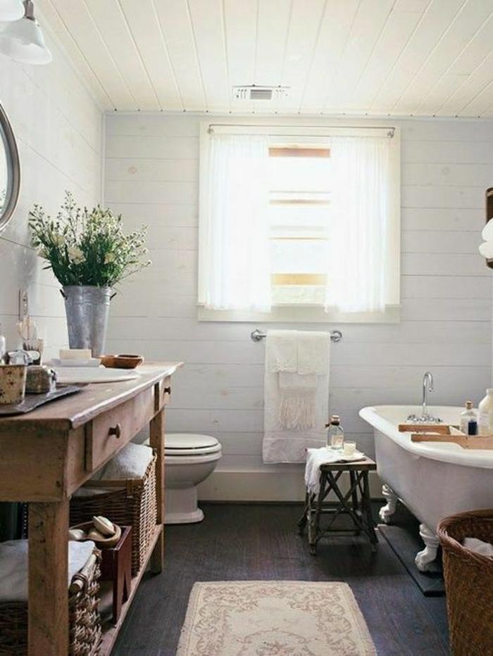 Badezimmer-rustikale-Möbel-Blumen-Rattankörbe-Teppich-Badewanne