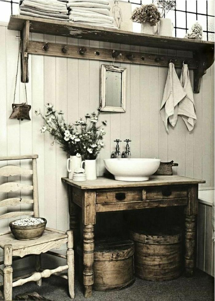 Badezimmer-rustikale-Möbel-Waschbecken-Stuhl-Handtücher-Blumen-Spiegel-Holz