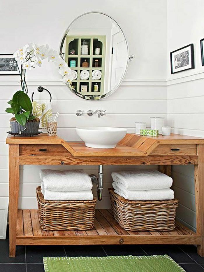 Badezimmer-rustikale-Möbel-hölzerne-Konsole-Tücher-Rattankörbe-Orchidee-Waschbecken-Spiegel