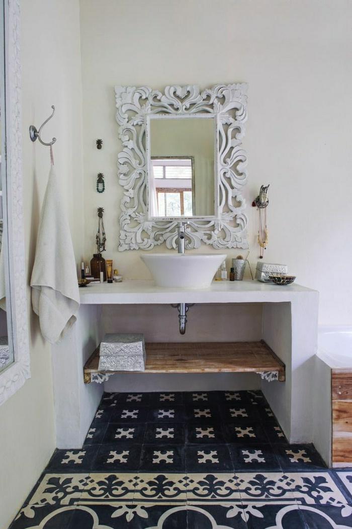 Badezimmer-vintage-Rahmen-Spiegel-weiß-Ornamente-Handtuch-Waschbecken-Fliesen-Ornamente