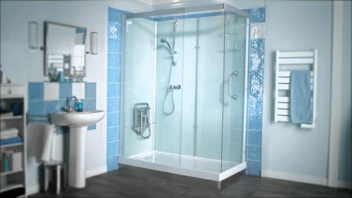 Badezimmer-weiße-blaue-Fliesen-Duschkabine-Glas-Spiegel-Waschbecken