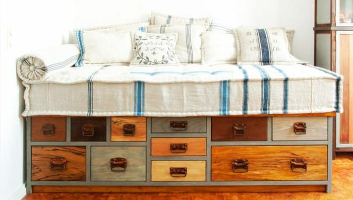 Bett-mit-Schubladen-Landhausstil-beige-Bettwäsche-blaue-Streifen