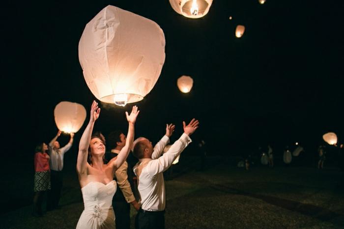 Brautpaar-Hochzeit-weiße-Himmelslaternen