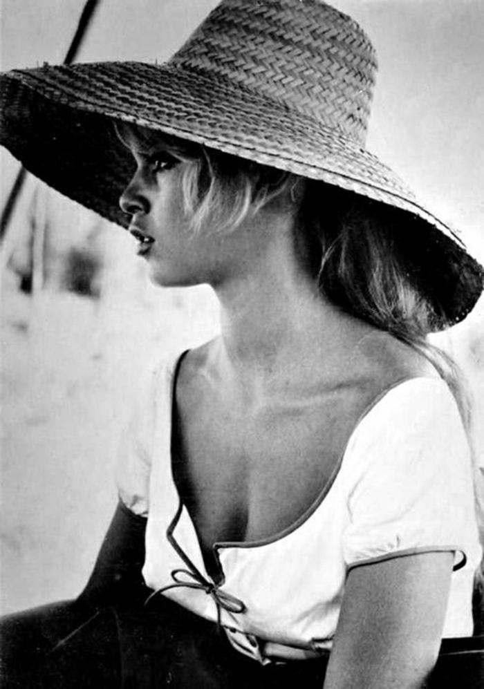 Brigitte-Bardot-retro-Foto-schwarz-weiß-weiße-Bluse-Hut-Krempe
