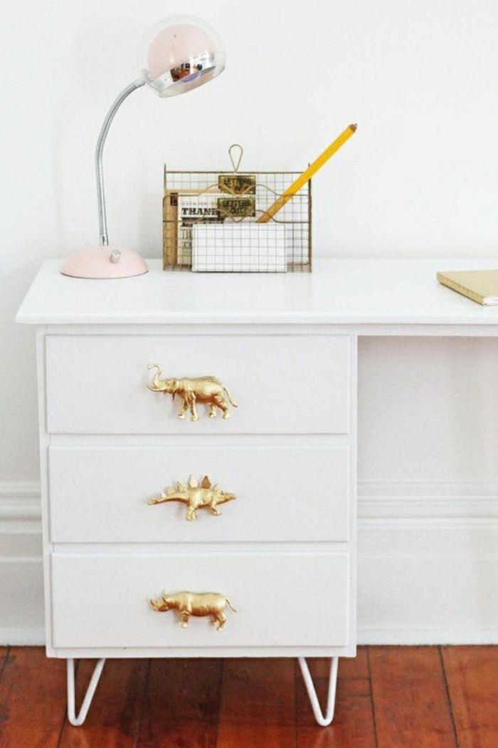 Designer-Schreibtisch-weiß-goldene-Griffe-Elefant-Nilpferd-rosa-Leselampe