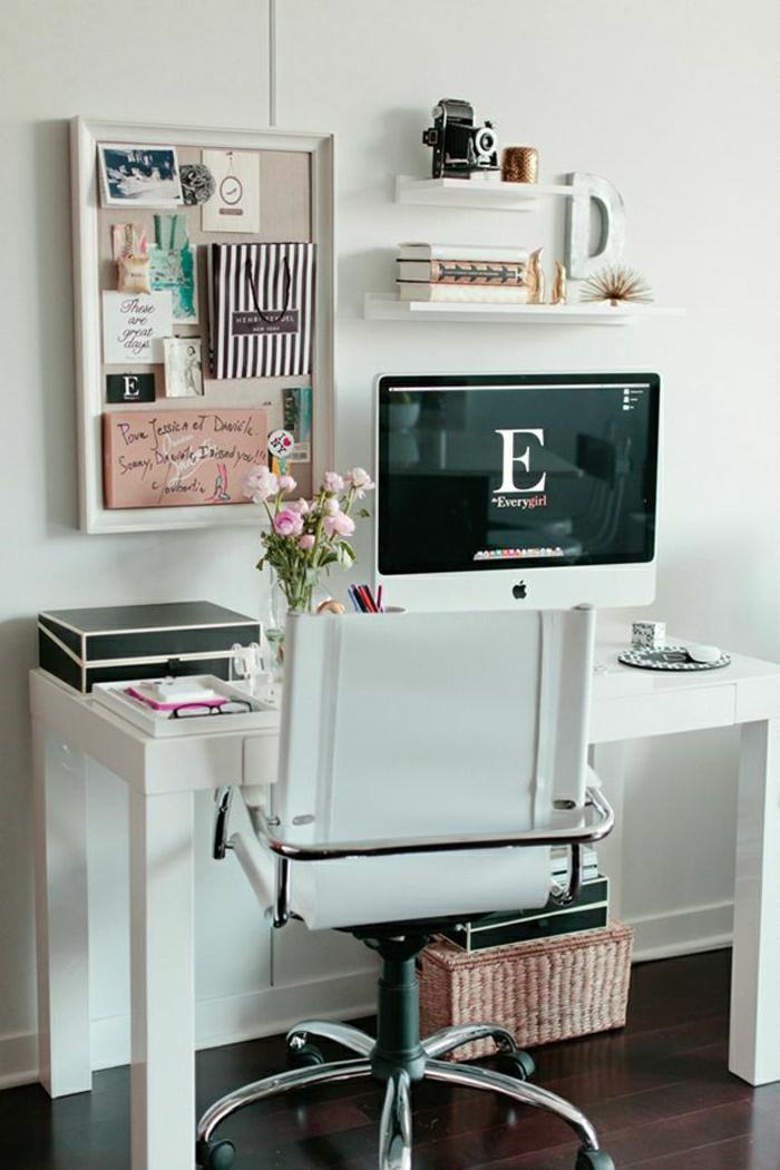 Designer-Stuhl-Schreibtisch-Arbeitszimmer-Computer-Rattankorb-Camera-Tafel-Regale-Blumen
