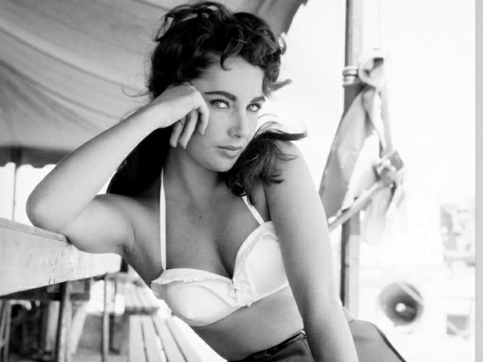Elizabeth-Taylor-weiße-Badehosen-Strand-retro-Foto-jung-schön-blaue-Augen