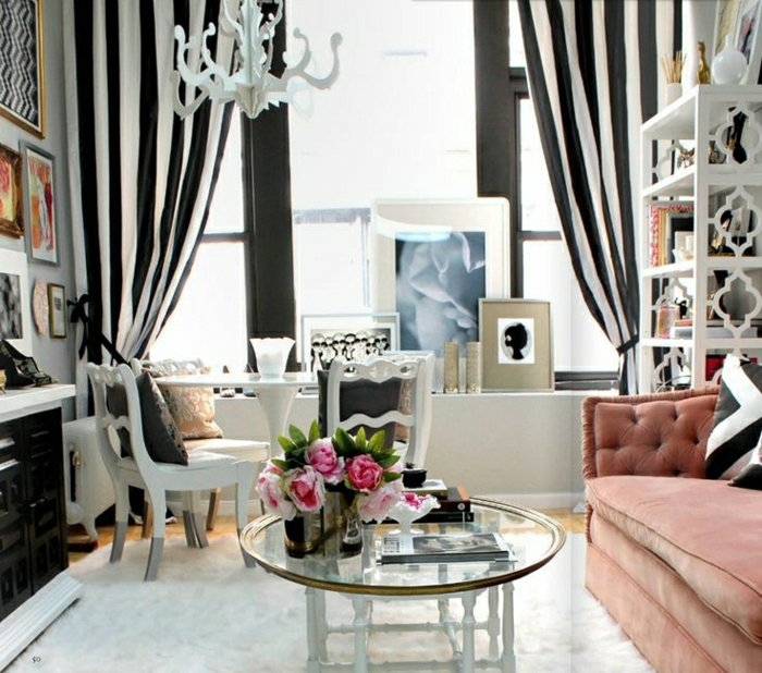 Esszimmer-Boudoir-französisch-stilvoller-Kronleuchter-gestreifte-Gardinen-schwarz-weiß