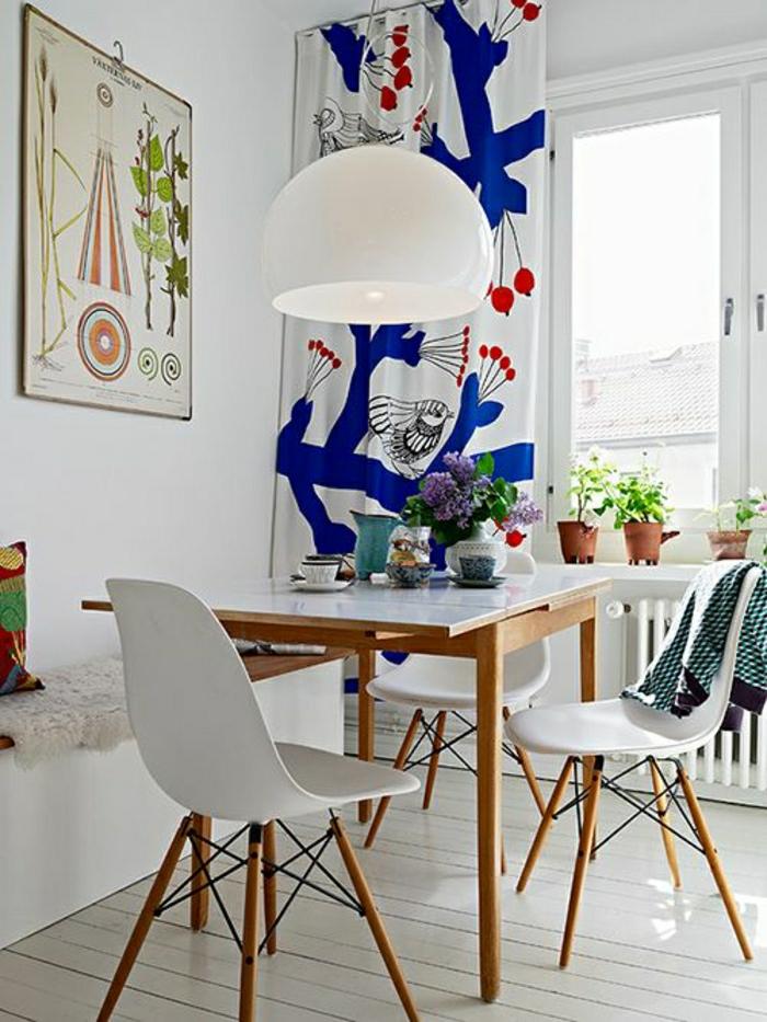 Esszimmer-Kombination-vintage-modern-weiß-bunte-Akzente-lustige-Vorhänge