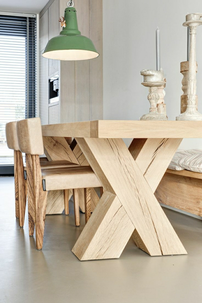Esszimmer-rustikale-Möbel-Tisch-Massivholz-Stühle-Kerzenhalter-industrielle-Lampe