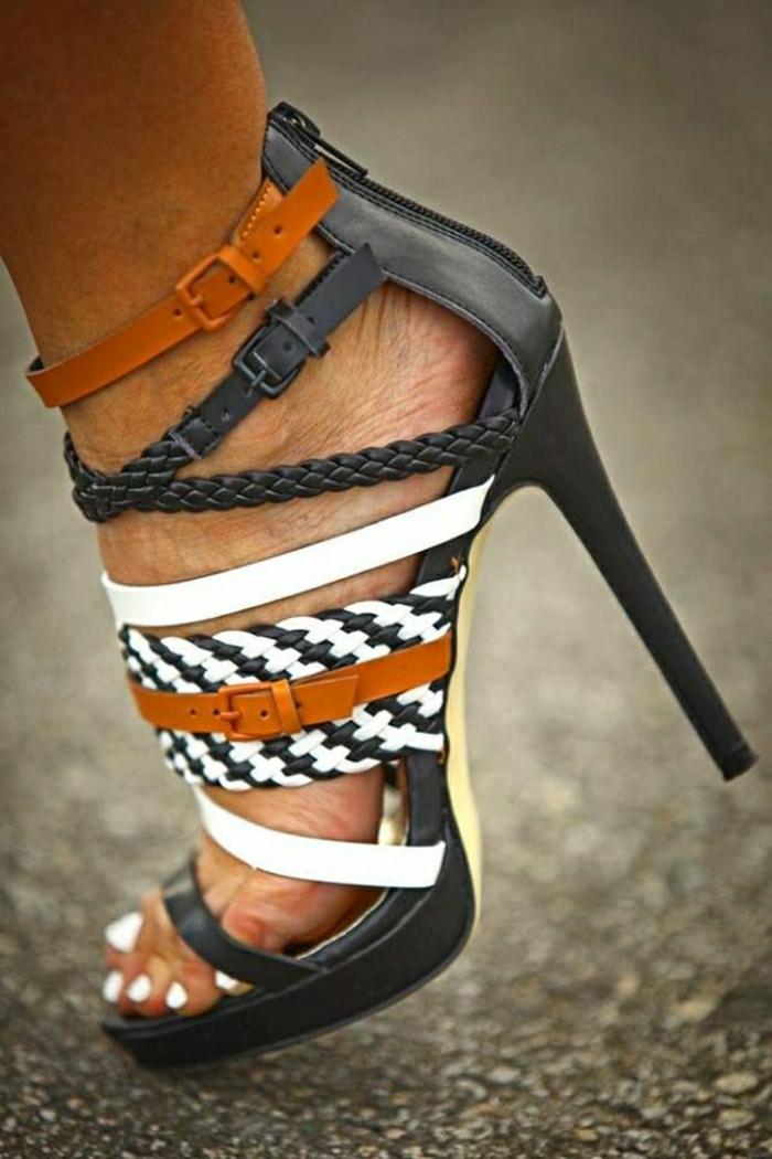 Fashion-Sandalen-mit-Absatz-Flechten-braun-schwarz-weiß-weißer-Nagellack