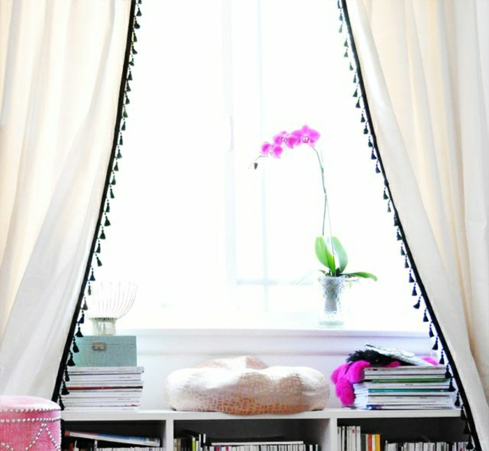 Fenster-Blumentopf-Orchidee-weiße-Vorhänge-kleine-schwarze-Quasten