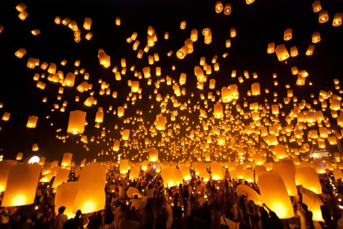 Festival-Thailand-viele-Leute-fliegende-Laternen-Himmel