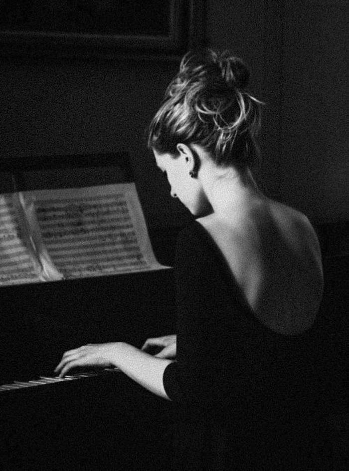 Frau-Klavier-spielend-Notenblätter