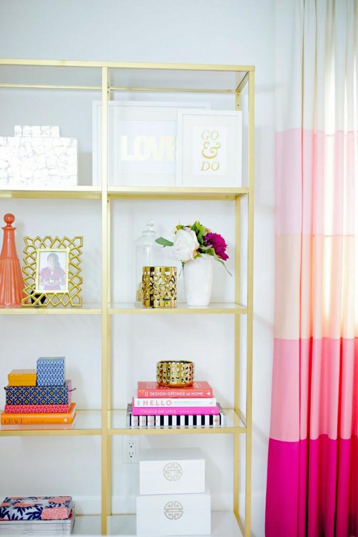 Gardinen-rosa-Nuancen-Regale-goldener-Rahmen-bunte-Gegenstände-Fotorahmen-Blumen-Bücher