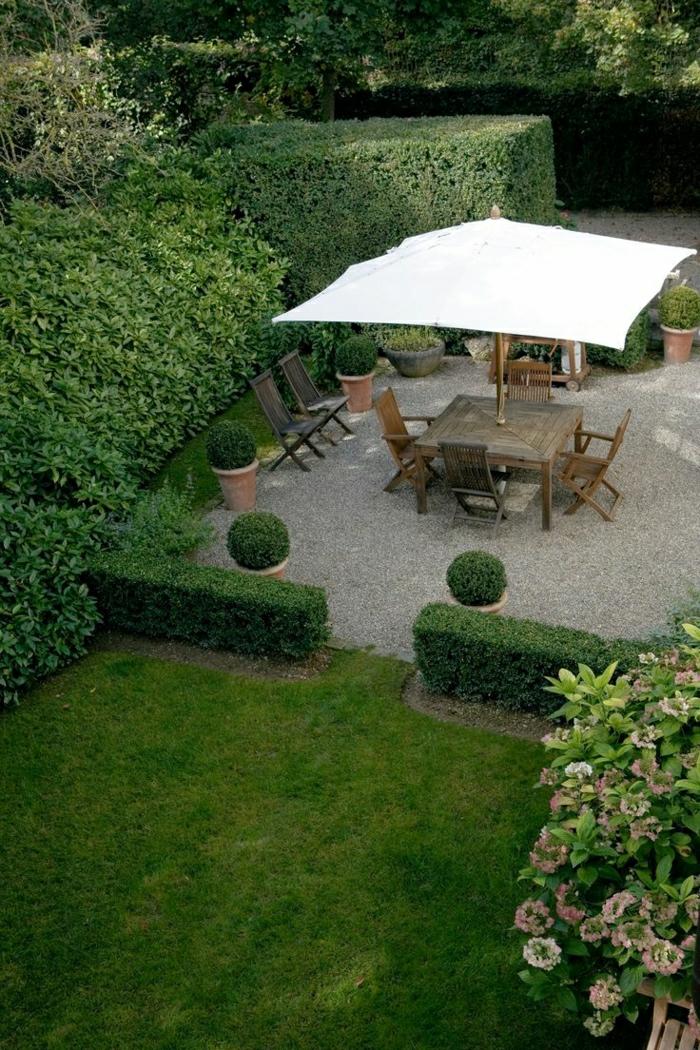 Garten-Gras-dekorative-Steine-hölzerne-Möbel-Gartenschirm-weiß-quadratisch