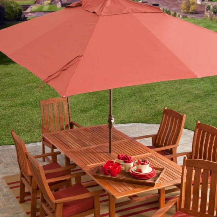 Garten-Sonnenschirm-tomatenrot-Gartenmöbel-Holz-Kaffeetassen-Erdbeeren-Gras