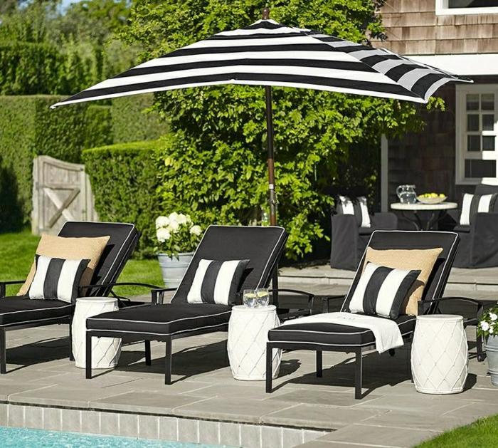 Gartenschirm-Sonnenschirm-gestreift-schwarz-weiß-Liegestühle-Pool-stilvoll