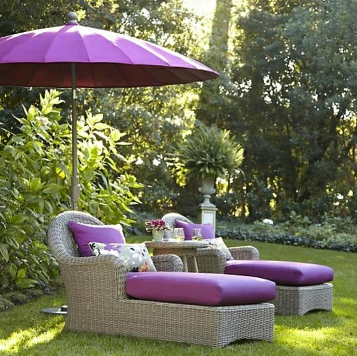 Gartenschirm-Sonnenschirm-rund-lila-Farbe-Rattan-Liegestühle-Gras