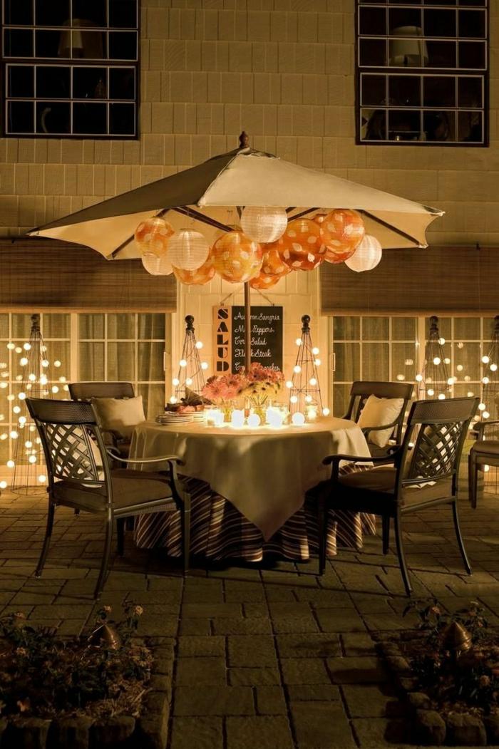 Gartenschirm-simples-Design-Papierlampen-kleine-Leuchten-elegante-Gestaltung