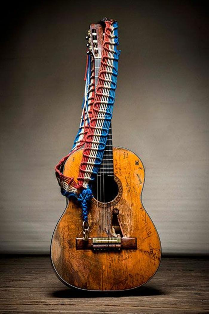 Gitarre-Träger-drei-Farben-weiß-blau-rot