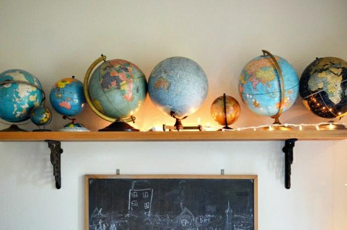 Globen-verschiedene-Größen-Leuchten-schwarze-Tafel