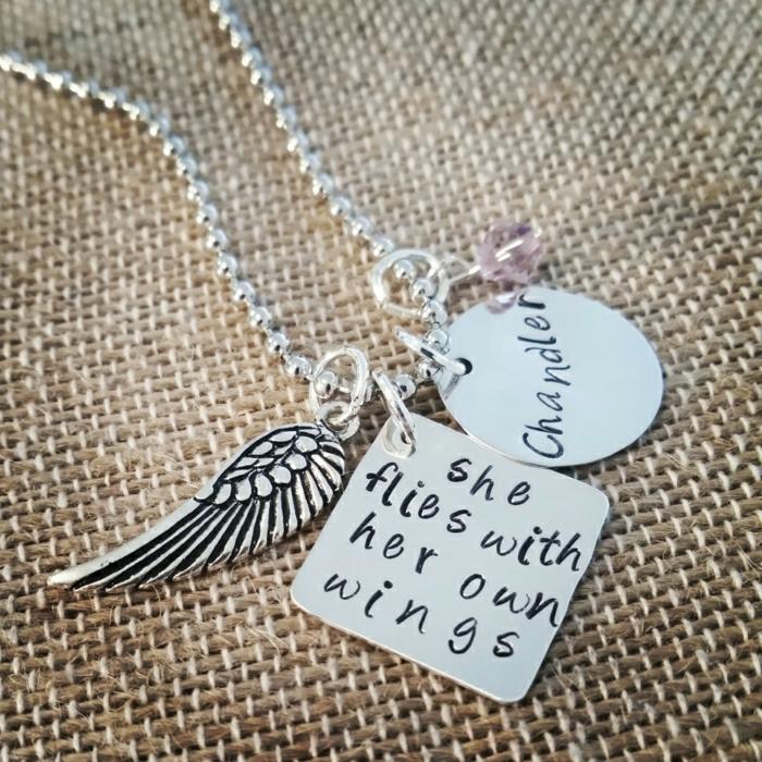 Hippie-Accessoires-Boho-Stil-Kette-Metall-Silber-Anhänger-graviert-Flügel-rosa-Glasperle