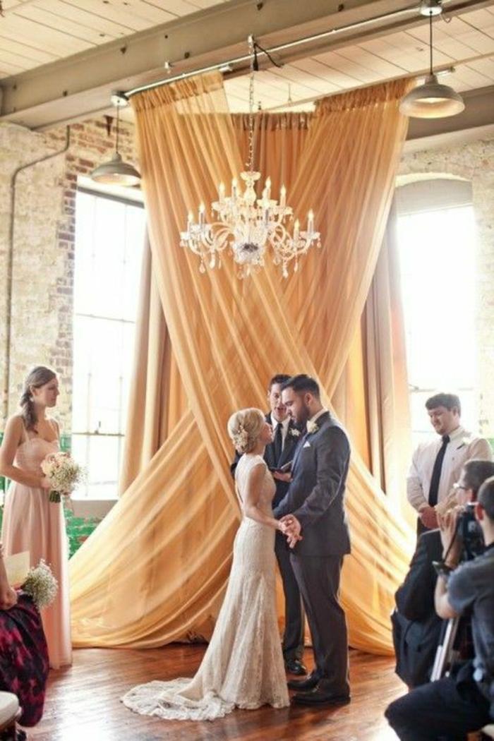 Hochzeit-fantastische-Gardinen-Tüll-X-Form-goldene-Nuance-Ziegelwände
