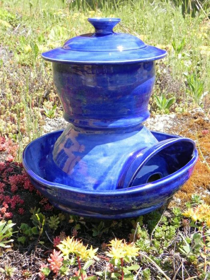 Hof-Garten-Hühnertränke-blaue-Keramik