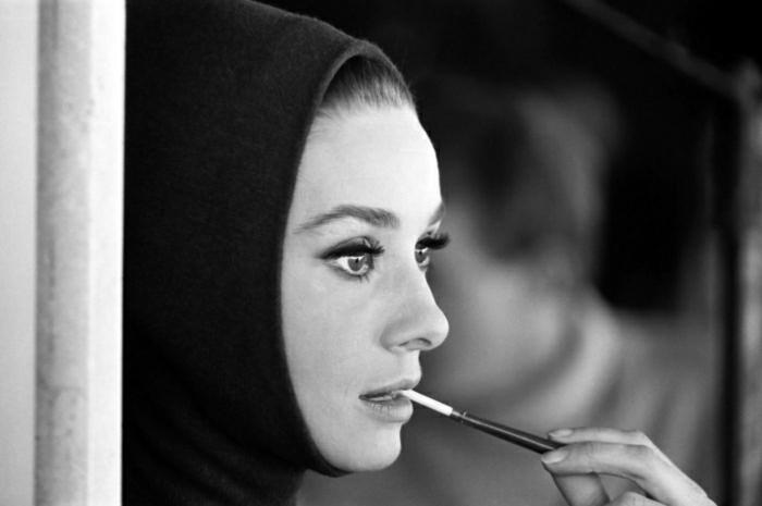 Hollywood-Schauspielerinnen-Audrey-Hepburn-retro-Foto-stilvoll-Zigarette