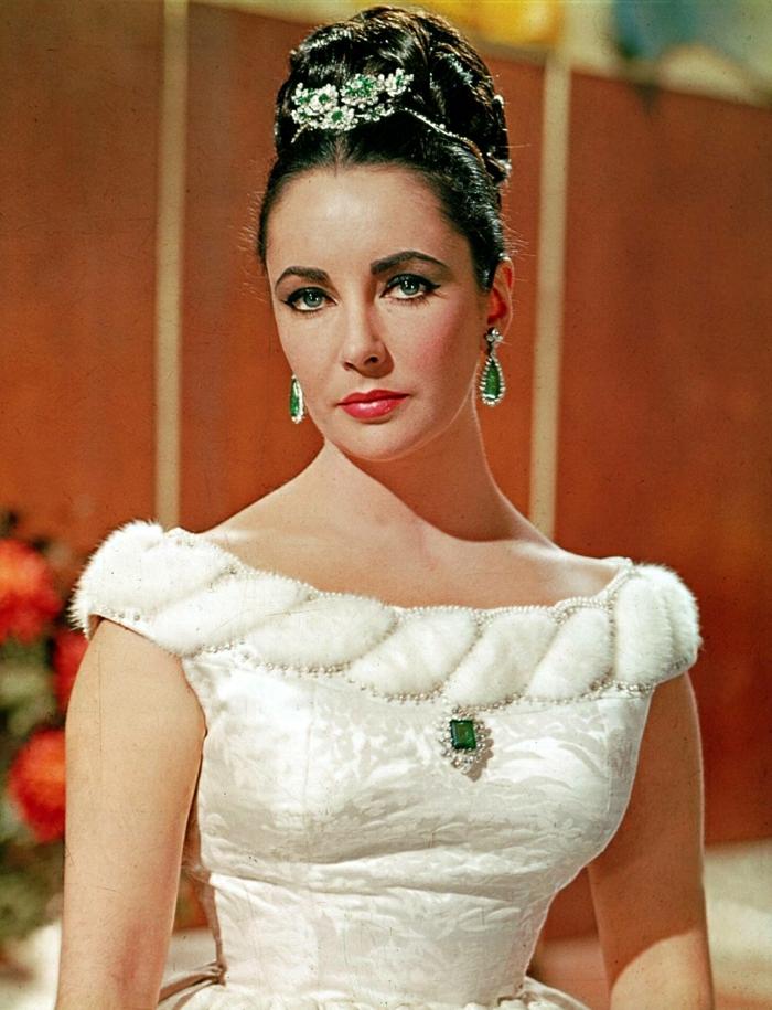 Hollywood-Schauspielerinnen-Elizabeth-Taylor-schön-jung-weißes-Kleid-elegant-grüner-Schmuck