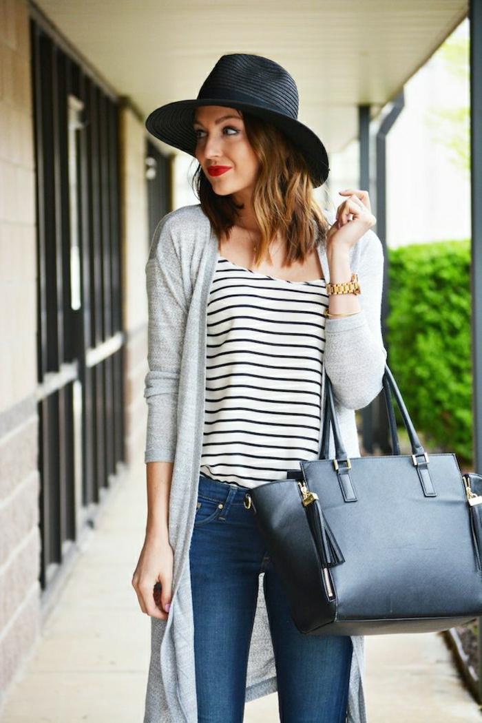 Jeans-lange-Strickjacke-Bluse-Streifen-Strohhut-schwarz-stilvolle-Leder-Tasche