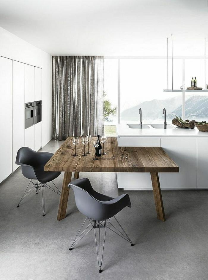 Küche-Esszimmer-minimalistische-Ausstattung-graue-Stühle-weiße-Schränke-hölzerner-Tisch-rustikaler-Stil-Gläser-Weinflasche-graue-moderne-Gardinen-Organza