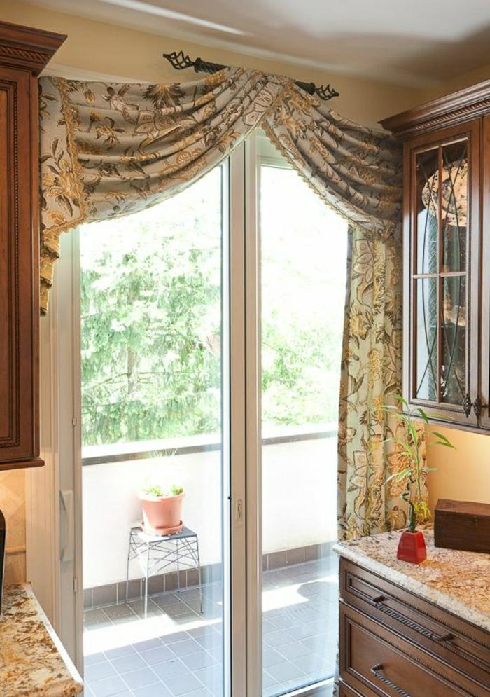 Küche-Tischplatten-Schrank-Terasse-elegante-Vorhänge-goldene-Ornamente