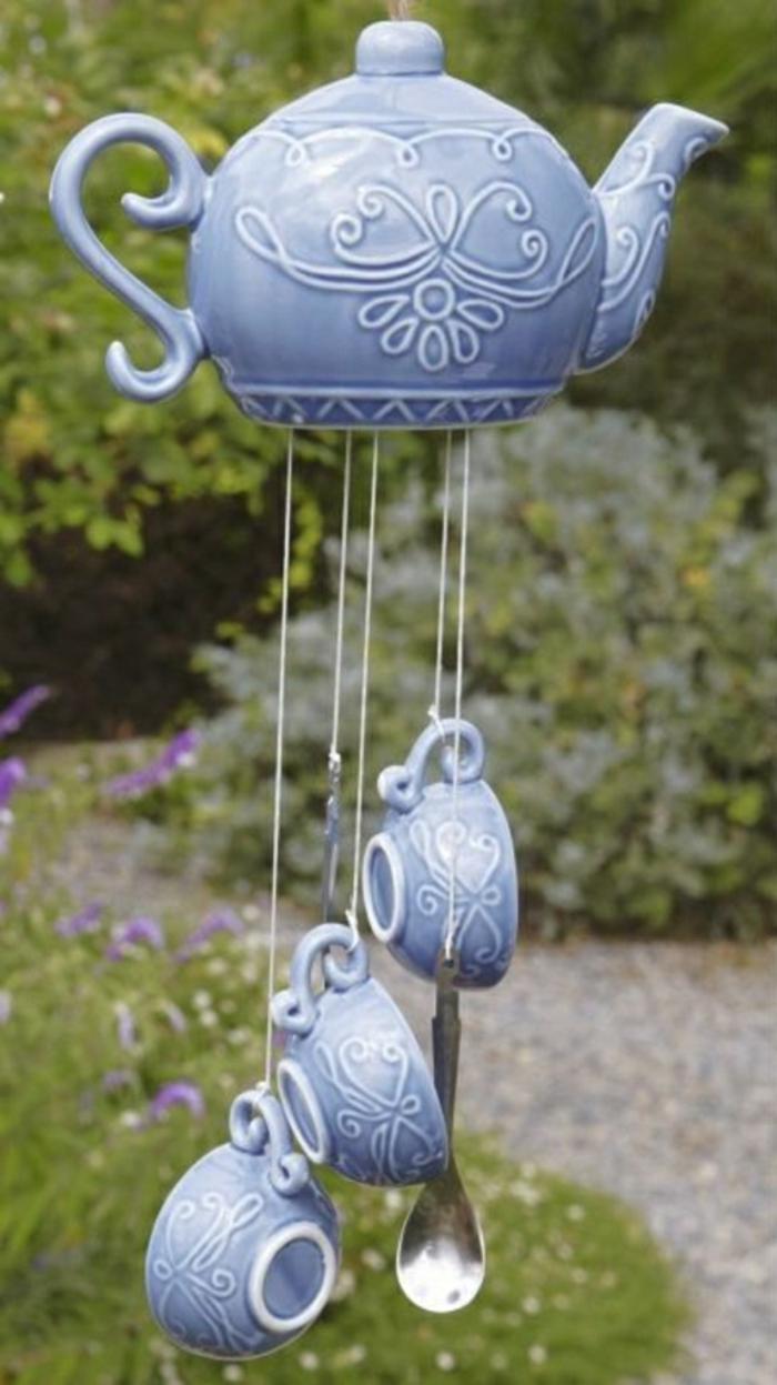 Keramik-im-Hof-Windspiel-Teekanne-Tassen-Löffel