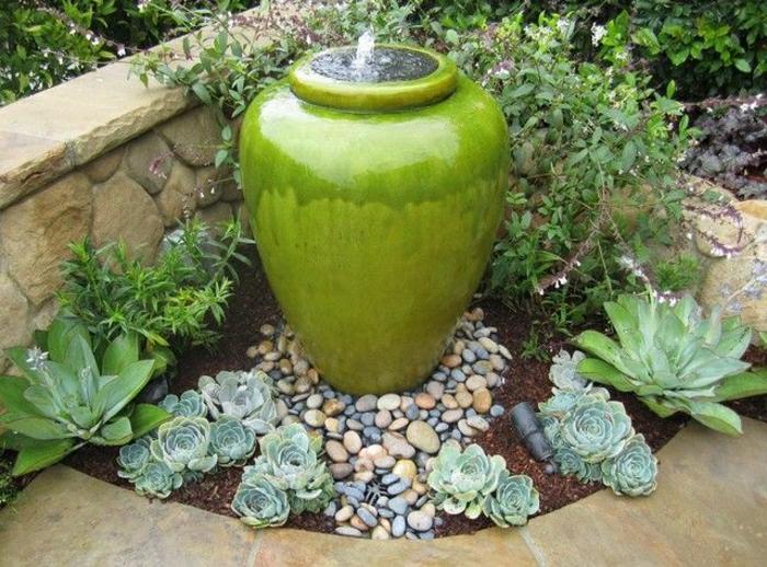 Keramik-im-Hof-grüner-Topf-Brunnen-dekorative-Steine