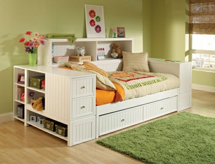 Kinderzimmer-Bett-mit-Schubladen-Blumen-Spielzeuge-grüner-Teppich